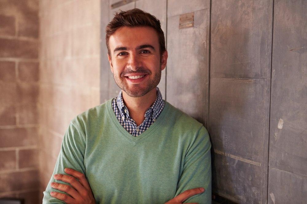 Glücklicher Mann im Pullover freut sich über seine Abfindung