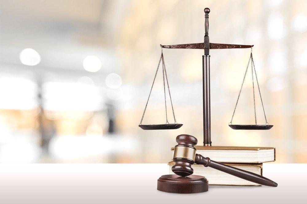 Hammer eines Richters und Waage der Gerechtigkeit.