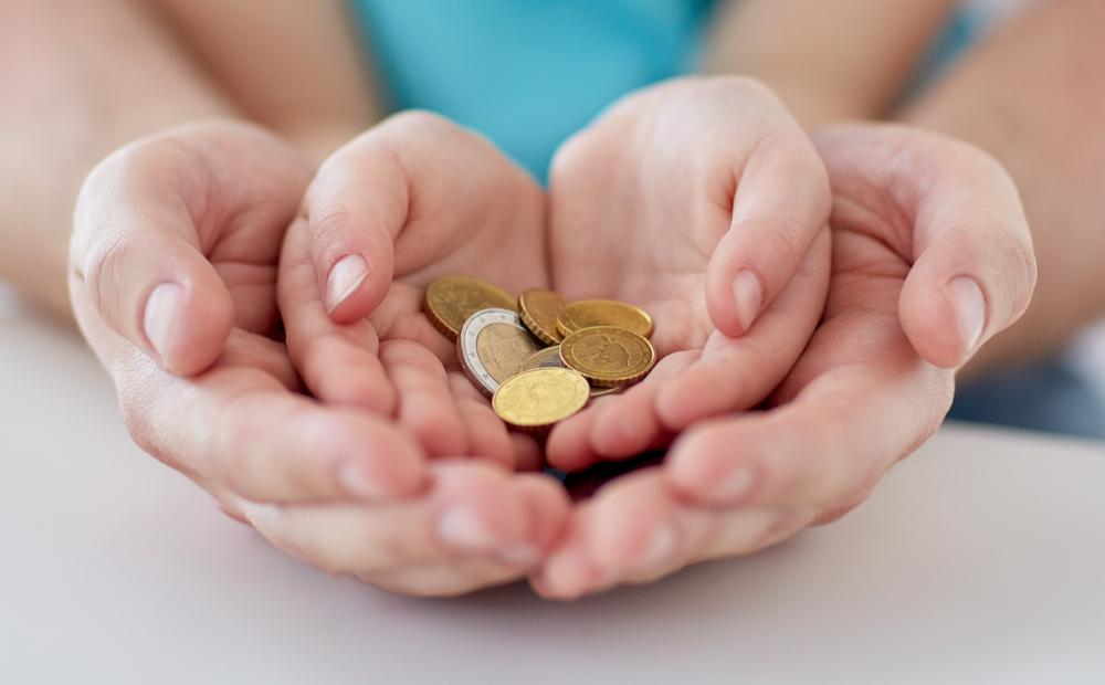 Kind und Mutter halten Münzen
