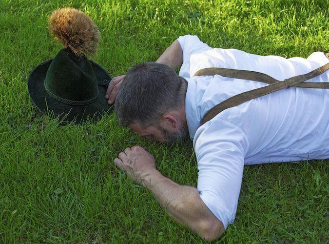 Ein Oktoberfestbesucher liegt im Gras